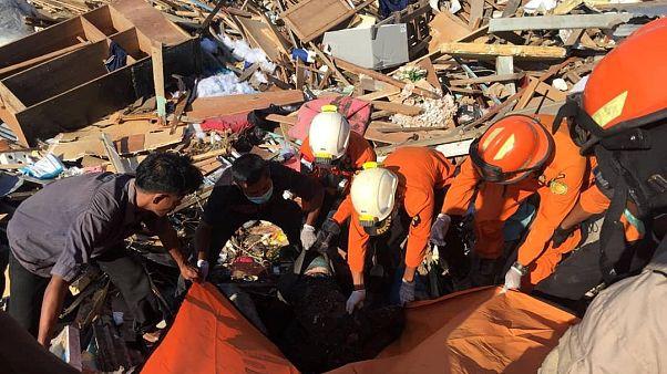 Endonezya: Deprem ve tsunami kurbanları toplu mezarlara gömülüyor