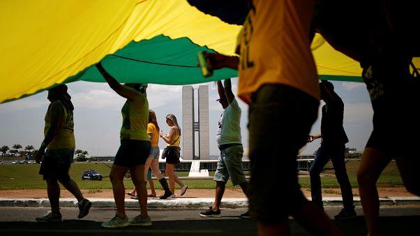 Milhares de brasileiros respondem com manifestação pró-Bolsonaro