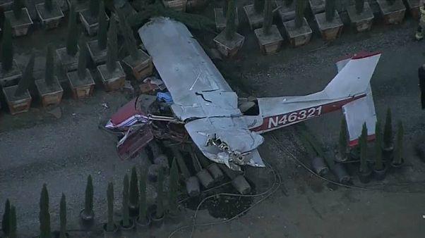 شاهد: تحطم طائرة صغيرة في مزرعة بعد أن أخطأ الطيار الهبوط في مدرج المطار