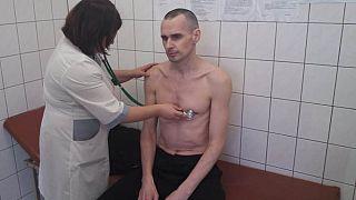 Felhagyott az éhségsztrájkkal Szencov