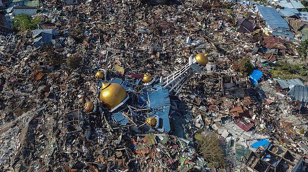 L'Indonésie enterre ses premiers morts après le tremblement de terre et le tsunami