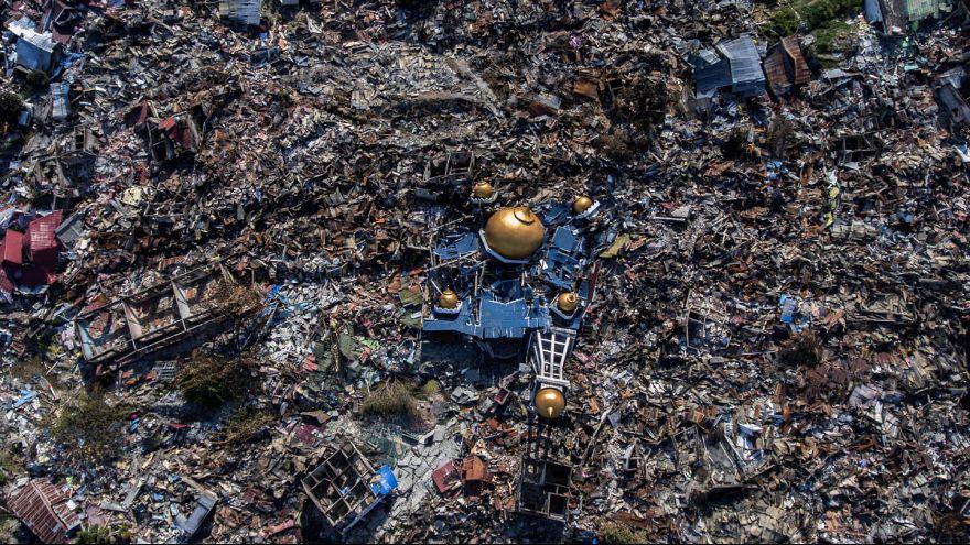 زلزله اندونزی؛ از تلاش برای امداد و نجات تا دفن جان باختگان در گورهای دسته جمعی