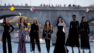 Models statt Schiffe: Laufsteg auf der Seine