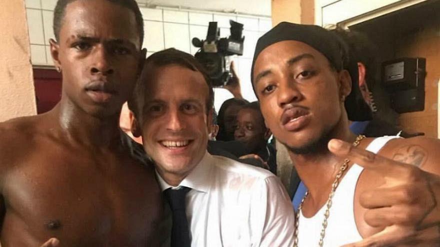 Macron'la fotoğraf çektiren gençten uygunsuz el hareketi
