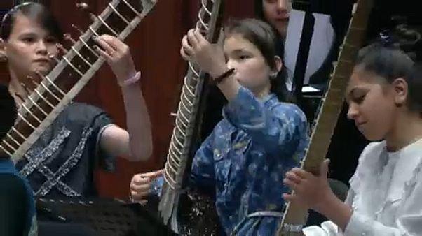 Jovens afegãs fazem música contra o preconceito