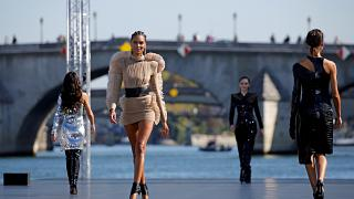 عرض عائم للأزياء في نهر السين بباريس بمشاركة نجمات سينمائيات