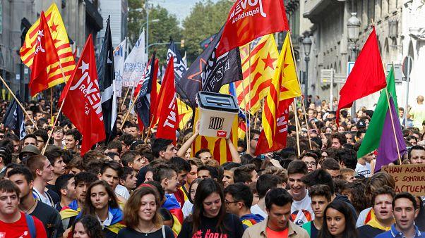 Miles de estudiantes proindependencia toman el centro de Barcelona