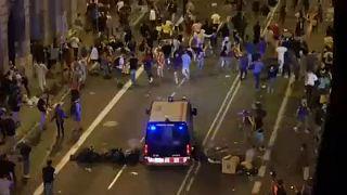شاهد: مواجهات عنيفة بين الشرطة الإسبانية ومتظاهرين في كتالونيا