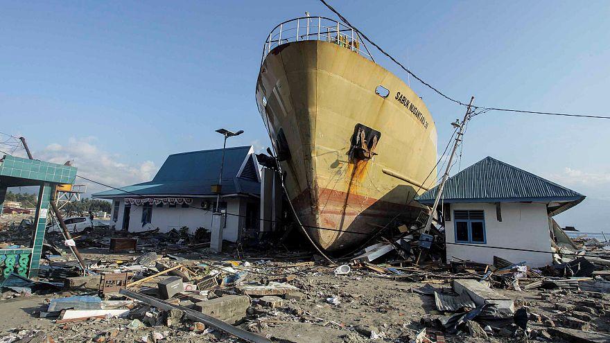 سفينة كبيرة عالقة بين المنازل قرب الشاطئ في واني