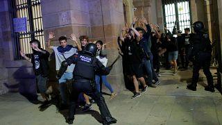 Aniversario del 1-O: Los Mossos cargan para evitar la toma del Parlament
