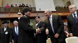 Evo Morales président bolivien salue le représentant chilien à l'ONU