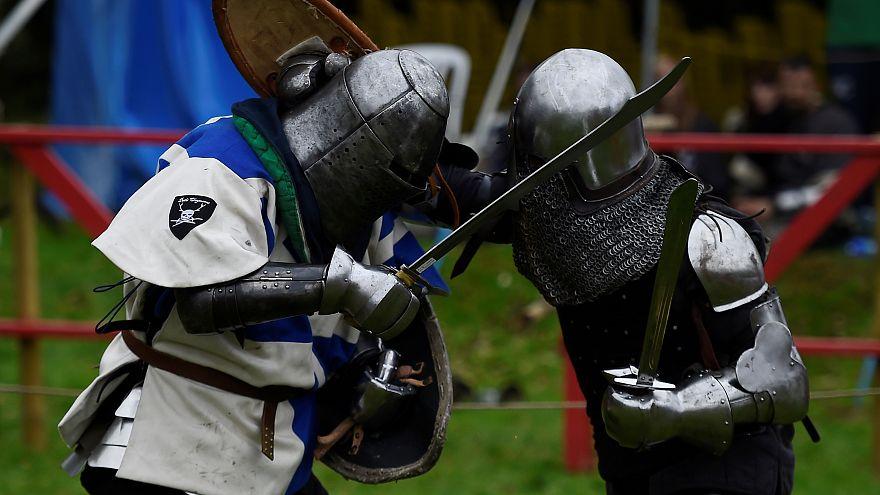 شاهد: قرية أيرلندية تتحول لساحة معركة من القرون الوسطى