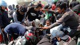 شاهد: فرق البحث والإنقاذ تخرج العالقين من تحت الأنقاض في إندونيسيا