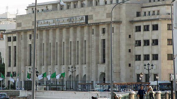أزمة حادة تعصف بالبرلمان الجزائري وغموض بالمشهد السياسي العام