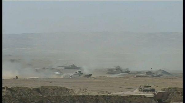 شاهد: تدريبات عسكرية للجيش الجزائري بالقرب من الحدود الليبية