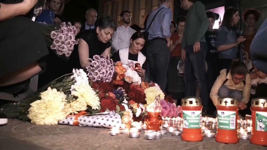 شاهد: شموع وأزهار على نجمة أزنافور في ممشى المشاهير بهوليوود