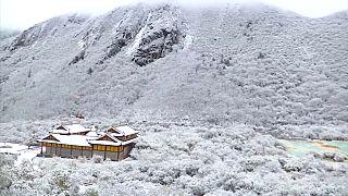 شاهد: الثلوج تغطي مدنا صينية مبكرا هذا العام