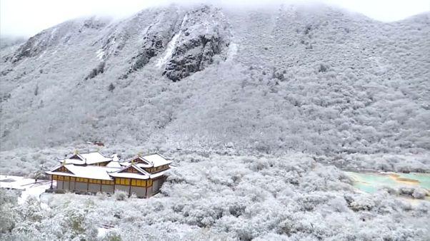 Cina: lo spettacolo della neve sulle piscine naturali di Huanglong