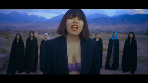 Cantante feminista kirguisa recibe amenazas de muerte por mostrar sujetador en un vídeo musical