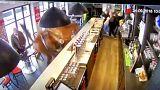 Un caballo entra al galope en un bar ante la mirada atónita de los clientes