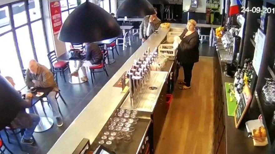 Cavalo entra num bar