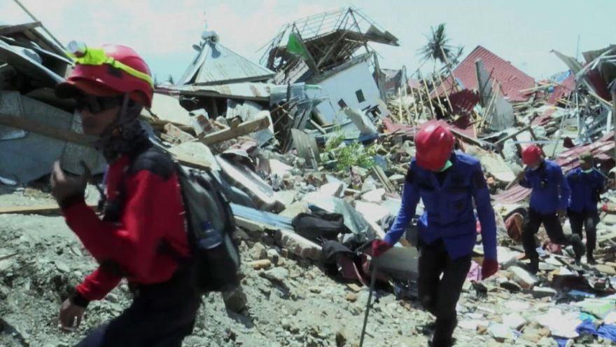 Terremoto Indonesia: si scava alla ricerca dei sopravvissuti