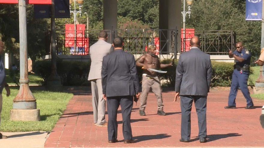 شاهد: أمريكي أسود بيده ساطور يتحدى رجال الشرطة في نيو أورلينز