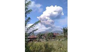 اندونزی؛ فعال شدن قله آتشفشانی در مناطق زلزله زده
