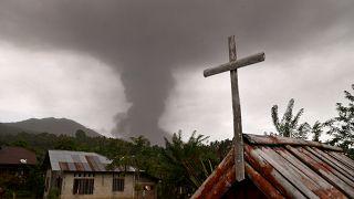 Comida começa a faltar em Palu e agora também há um vulcão em atividade
