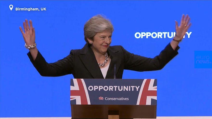 """VIDEO: """"Dancing Queen"""" - cool oder peinlich? Theresa May (62) tänzelt auf die Bühne"""