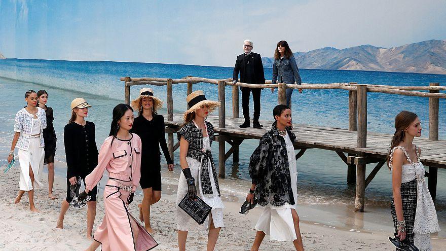 Wie im Traumurlaub: Chanel barfuß am Strand