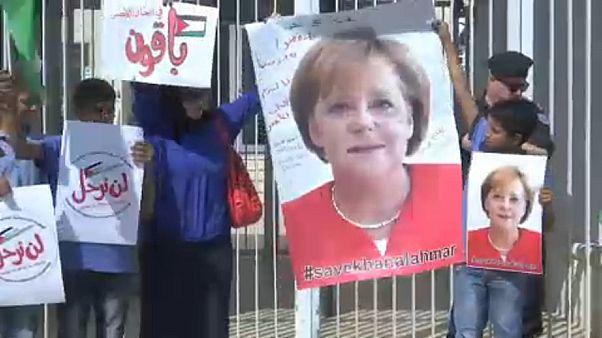 أهالي خان الأحمر يرفعون صور المستشارة الألمانية ميركل