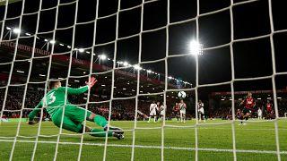 VİDEO   Türk asıllı oyuncu attığı gol sonrası tribünden fırlatılan birayı havada yakalayarak içti