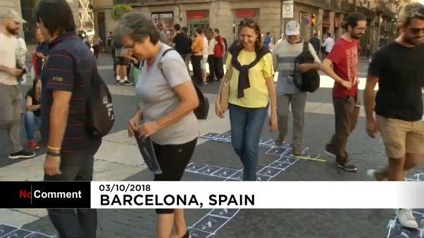 Des Catalans piétinent le portrait du roi Felipe VI