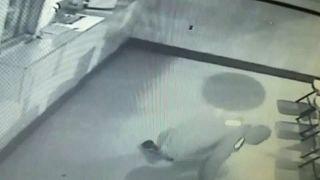 شاهد: ضربة كبيرة يتلقاها لصّ في إحدى أفشل عمليات السرقة في العالم