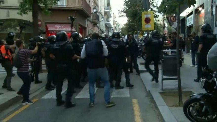 Los Mossos cargan contra ultras independentistas en Barcelona