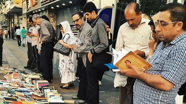 دستفرشی کتاب در خیابان انقلاب تهران