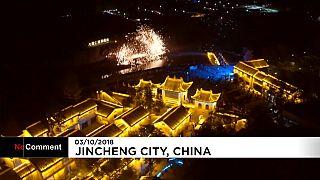 China celebra su día nacional con un espectáculo de chispas de hierro fundido