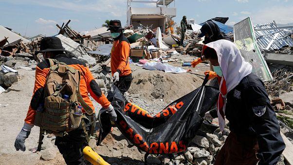 Terremoto in Indonesia: ritrovati vivi oltre trenta studenti