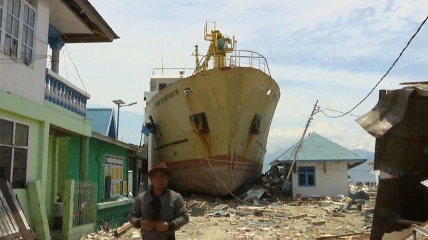 شاهد: أمواج التسونامي في إندونيسيا تجرف عبّارة ضخمة إلى الشاطئ