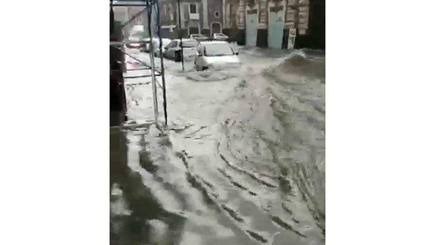 شاهد: أمطار غزيرة تتسبب في فيضانات عارمة في صقلية