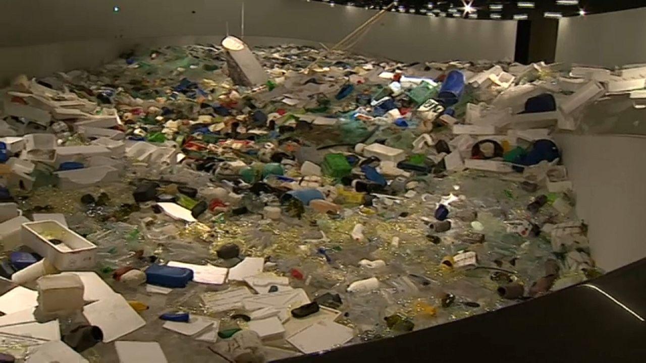 Τρεις τόνοι σκουπιδιών σε μια έκθεση