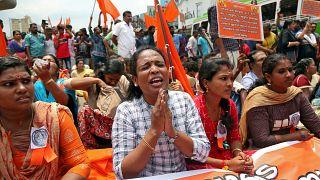 Tapınaklarında kadın istemeyen Hindular etten duvar örecek