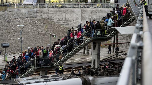 صفوف من اللاجئين قادمين من الدنمارك تصل إلى محطة قطارات مالمو في السويد