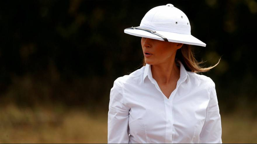 ميلانيا ترامب تتعرض للانتقادات بسبب قبعة بيضاء.. وفيل كاد أن يصدمها في كينيا