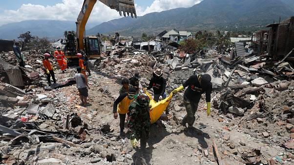 Endonezya'daki deprem felaketinde bilanço ağırlaşıyor