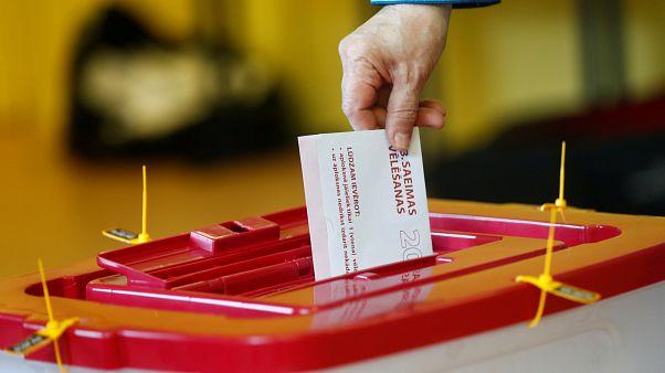 Pendientes de prorrusos y populistas en las elecciones en Letonia