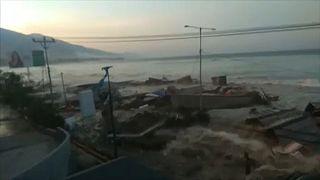 Νέο συγκλονιστικό βίντεο από την στιγμή που «χτυπά» το τσουνάμι