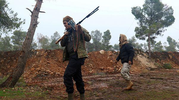 Suriyeli muhalifler İdlib'den ağır silahları çekmeye başladı