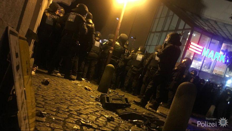 Flaschenwürfe und Pfefferspray in Apolda: Neonazis verletzen 8 Polizisten